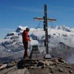 La-croce-di-vetta-del-Mont-Rous-davanti-ai-ghiacciai-del-Monte-Rosa.-Foto-Simone-Bobbio